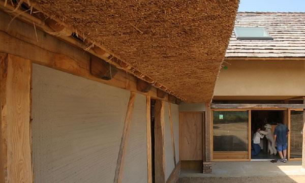 茅葺き屋根、木の板屋根、レンガ