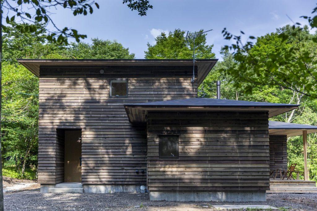 木影降る方形の家